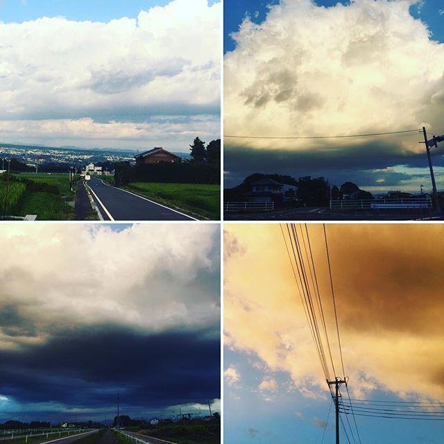 左上)本日17:30右上)同17:50左下)同17:55右下)同18:05 たった40分の間にものすごい変化でウォーキングそっちのけで空ばっかり見てた。左下の雲は後ろ振り返って撮影。追われてる感半端ない。で、まんまと捕まりズブ濡れ。#空#雲#夏#Japan#sky#summer
