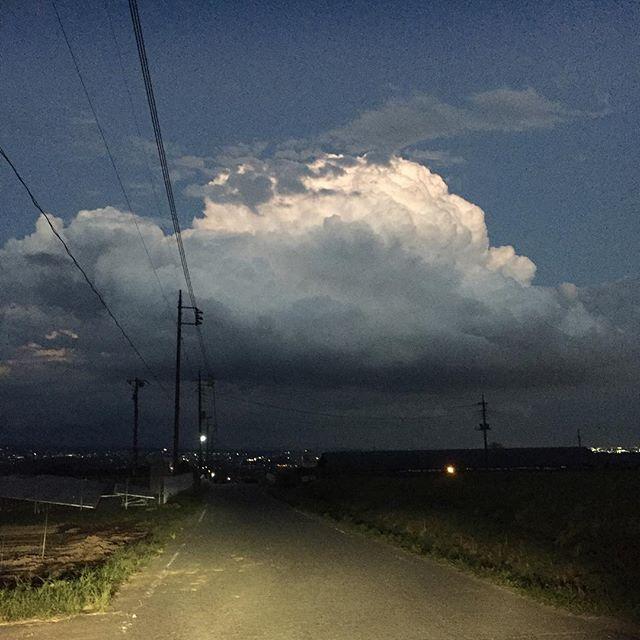 自宅を出てすぐの今日の雲。ラピュタ発見しました!しかし、この天と地の差と言ったら…。加工なしの画像です。最近、変な天気が多いですね。#sky #cloud #Japan #空 #雲